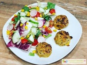Bluemnkohl-Käse-Bällchen mit Salat