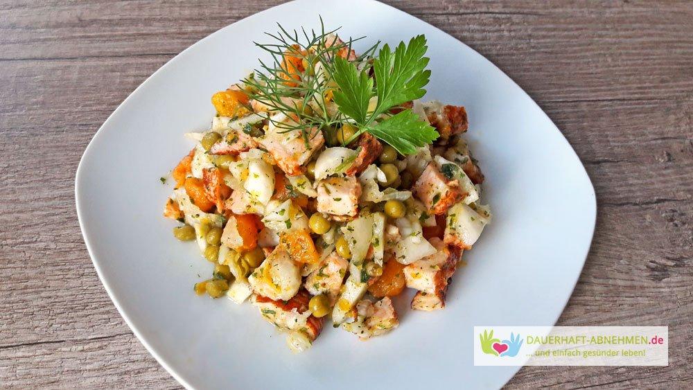 Kohlrabi-Möhren-Erbsen-Salat mit Hähnchenfleisch