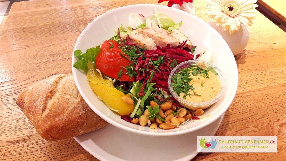Salat mit Brötchen