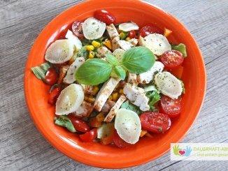 Salat mit Hähnchenbrust und Käse