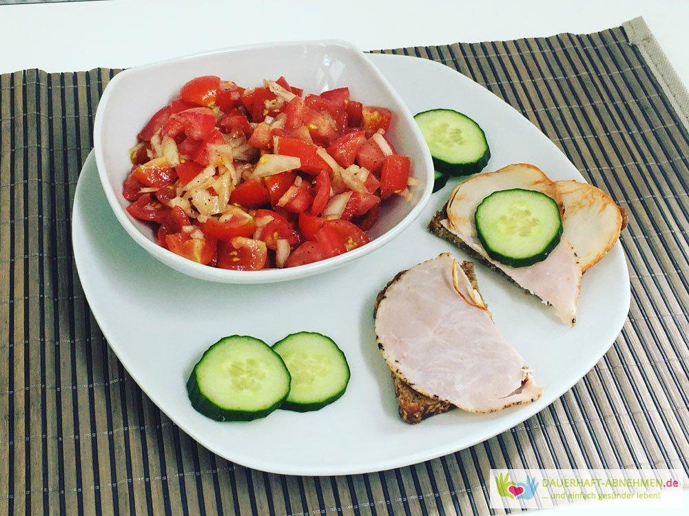 Tomatensalat mit Eiweißbrot