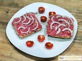Hackepeter-Bröctehn mit Zwiebeln und Tomaten