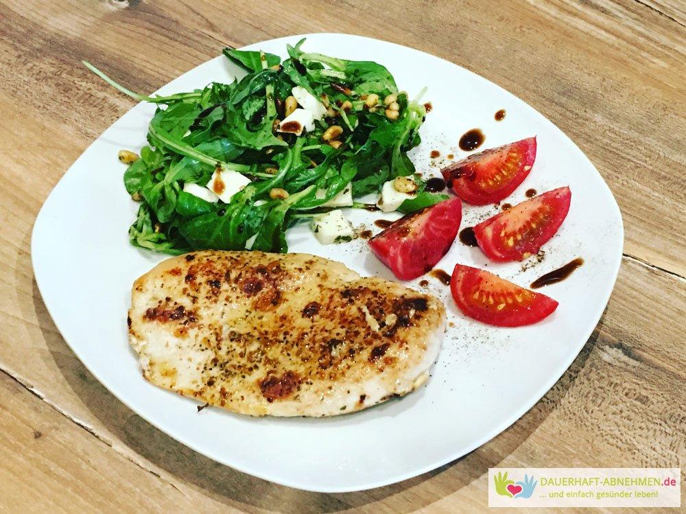 Salat mit Hühnchenfilet und Tomate