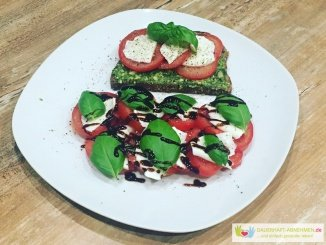 Eiweißbrot mit Basilikumpesto und Tomate Mozzarella