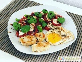 Tomate mozzarella mit Spiegelei und Hühnchenfilet