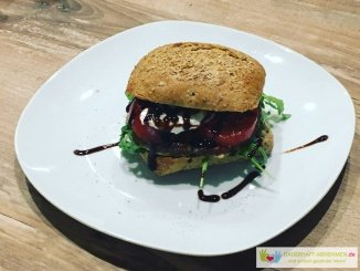 Burger mit Tomate Mozzarella und Rucola