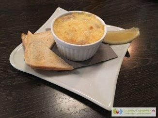 Würzfleisch mit Toast und Zitrone