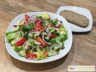 Gemischter Salat und Walnuss-Honig-Brot
