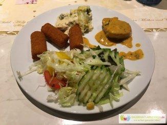 Salat mit kroketten, Schweinemedaillon und Brokkoli