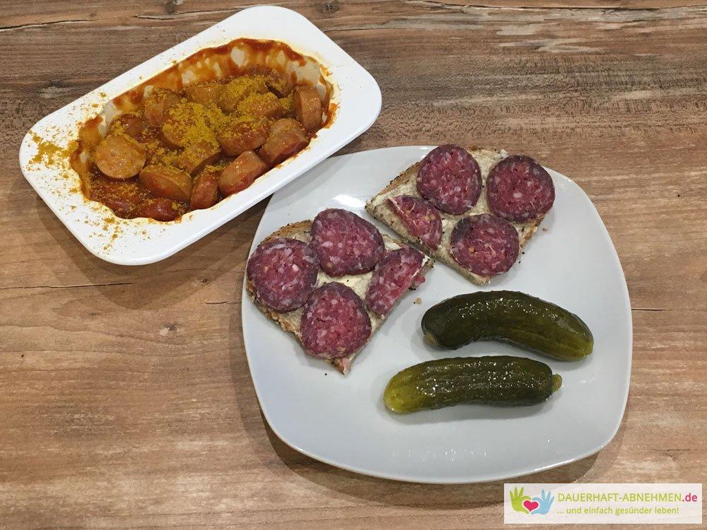 Currywurst mit Brot und Salami