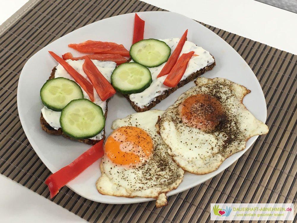 Eiweißbrot mit Kräuterquark und Gemüse und Spiegelei