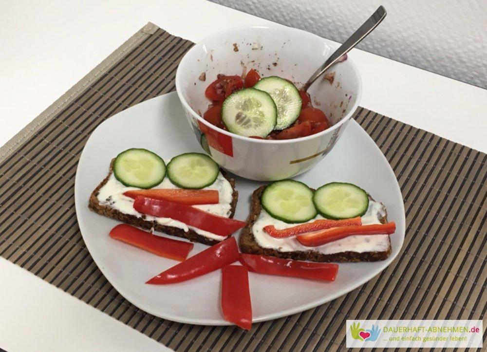 Eiweißbrot mit Kräuterquark und Gemüse