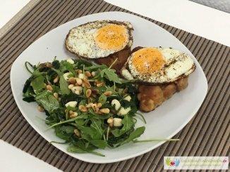 Schnitzel mit Spiegelei und Salat