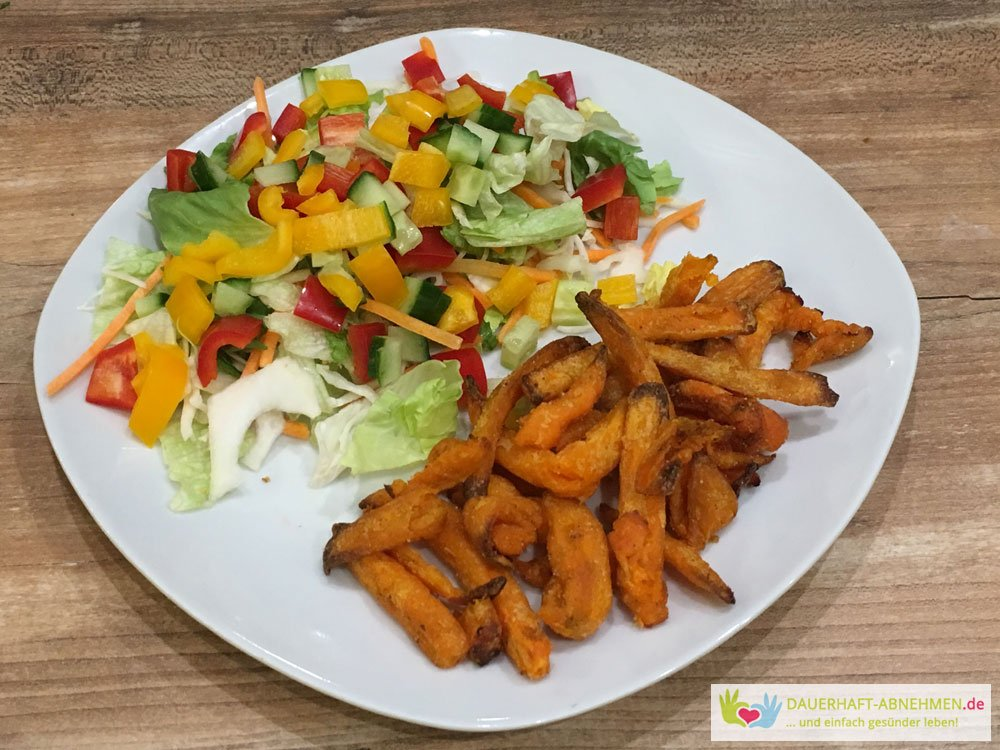 Süßkartoffelpommes mit Salat