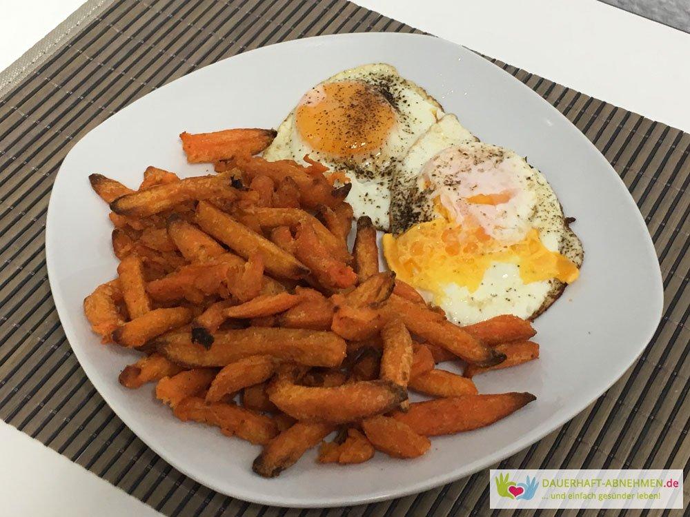Süßkartoffelpommes mit Spiegelei
