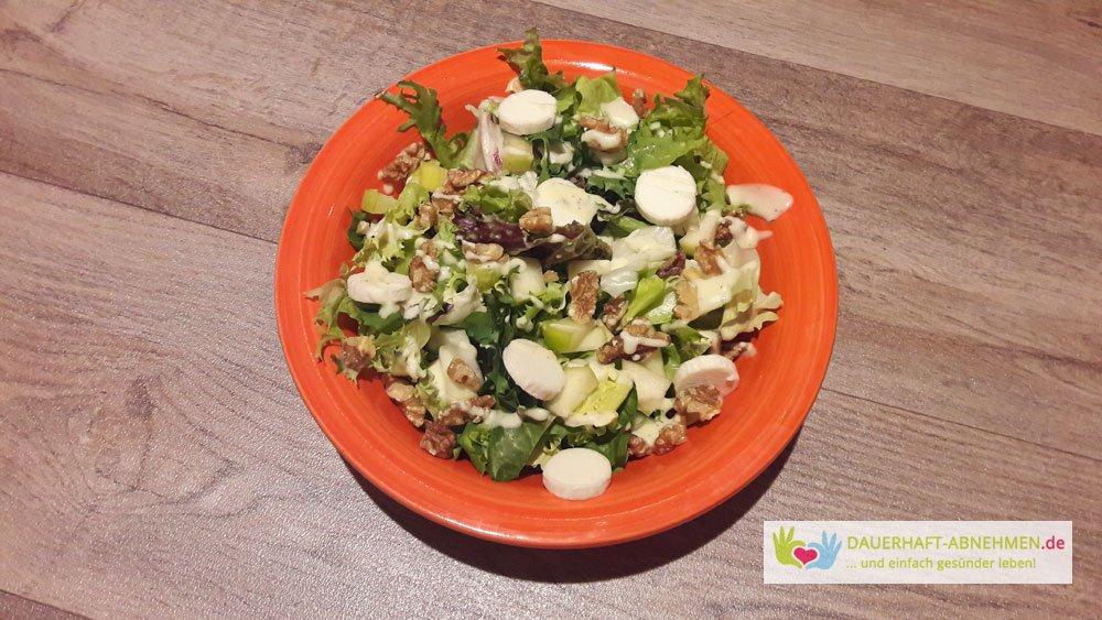 Salat mit Birne, Walnüssen und Ziegenkäse