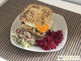 Burger mit Hühnchen, Spiegelei und Krautsalat