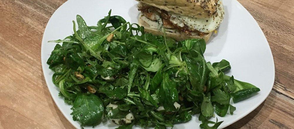 Burger und Salat