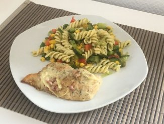 Hühnchen Elsässer Art und Nudelsalat