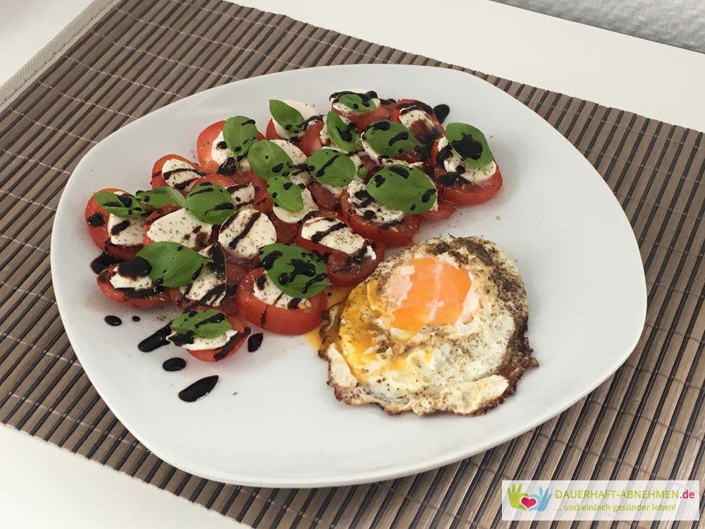 Tomate Mozzarella mit Spiegelei