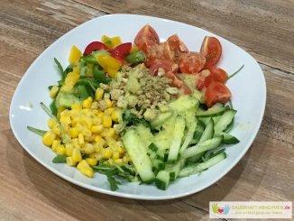 Bunter Salat mit Croutons und Dressing