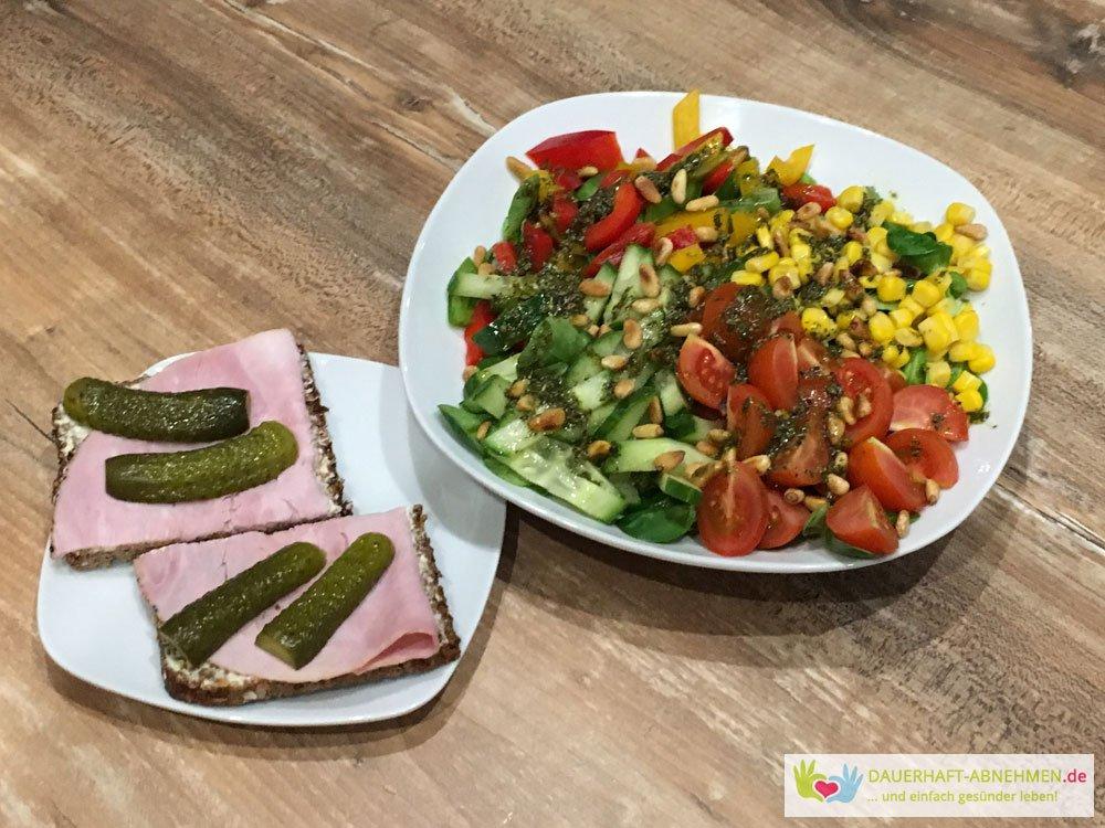 Bunter Salat mit Eiweißbrot und Gewürzgurke