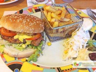 Hähnchenburger und Pommes