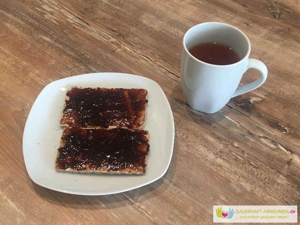 Knäckebrot mit Pflaumenmuss und Tee