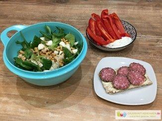 Salat mit Knäckebrot und Paprika