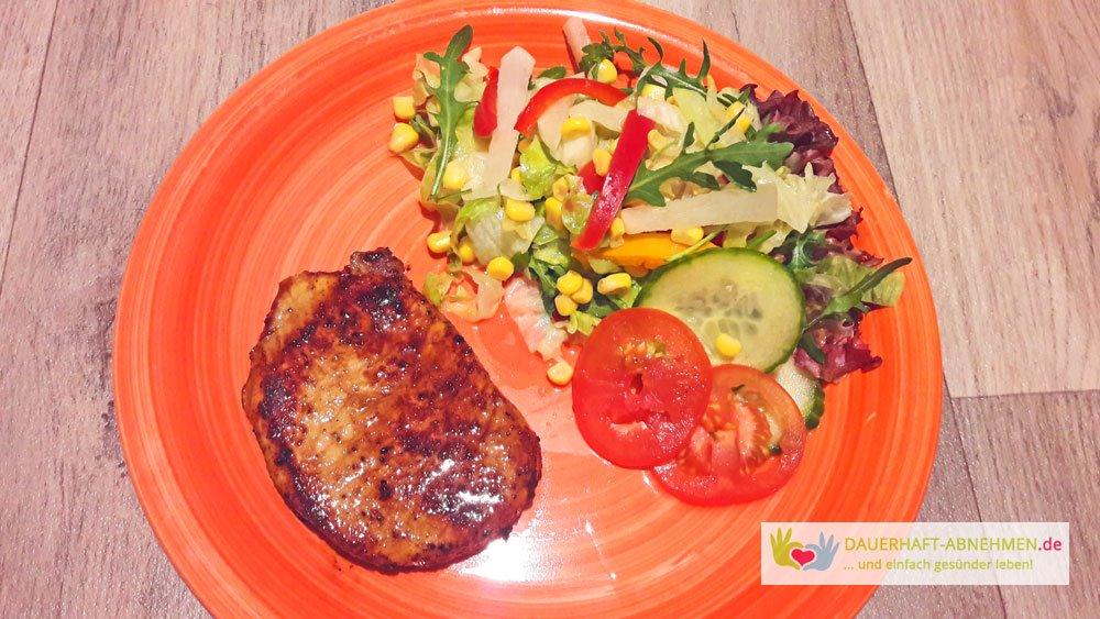 Schweine-Nackensteak und Salat