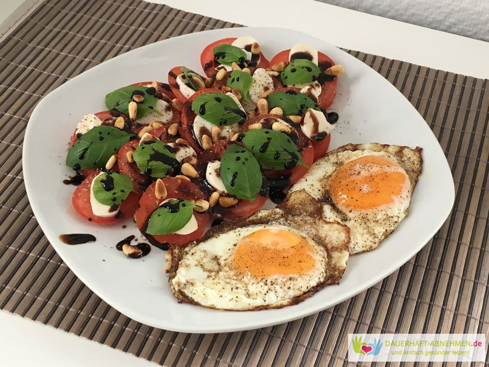 Tomate Mozzarella mit Spiegelei und Pinienkernen