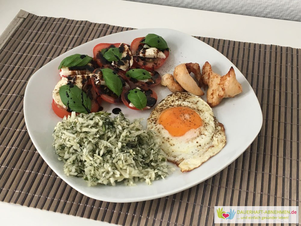 Tomate Mozzarela mit Spiegelei und krautsalat