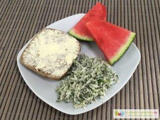 Brötchen mit Krautsalat und Melone