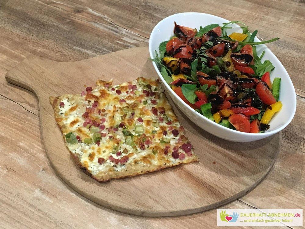 Flammkuchen mit Thunfischboden und Salat