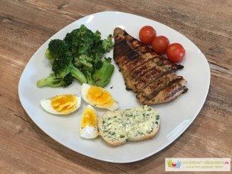 Grillen mit Hühnchen, Brokkoli, Baguette und Kräuterbutter