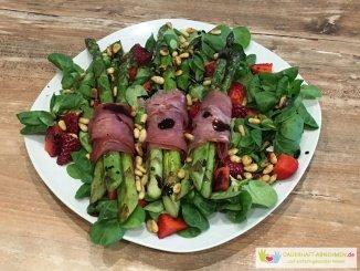Grüner Spargel mit Lachsschinken, Feldsalat und Erdbeeren