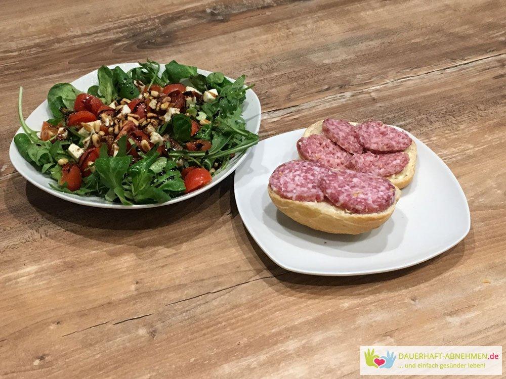 Salat mit Salami-Brötchen