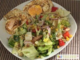 Großer Salat mit Croutons und Spiegeleier