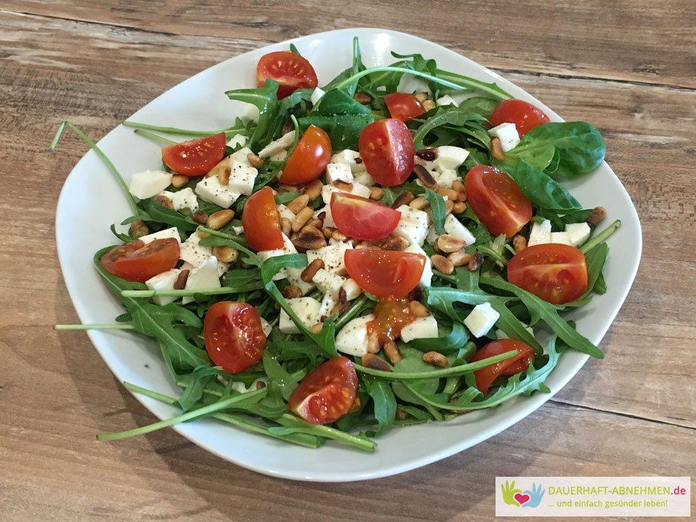 Salat mit Tomaten und Pinienkernen