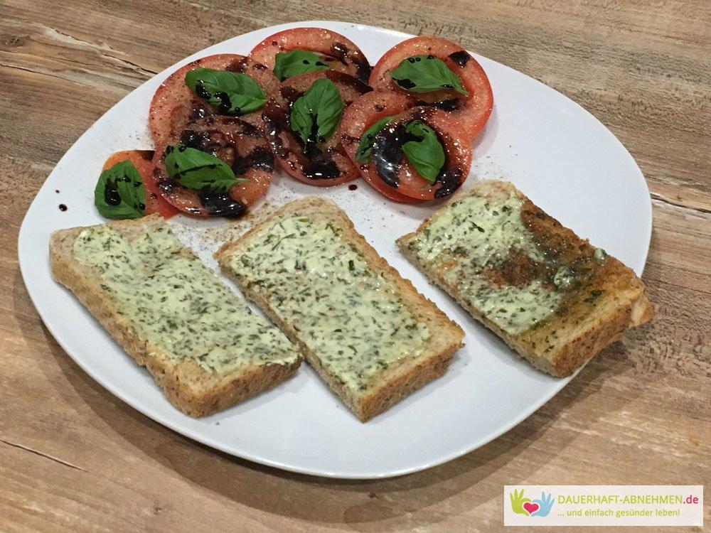 Toast mit Kräuterbutter und Salat