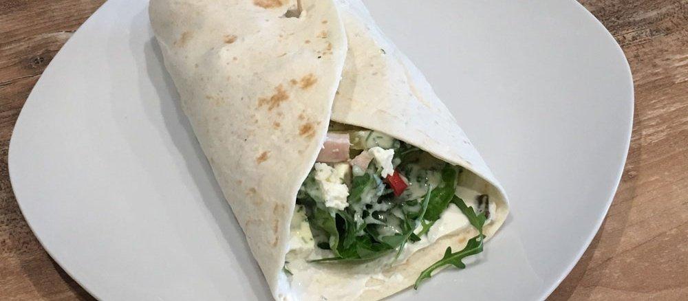 Wrap mit Salat, Hähnchenkassler und Schafkäse