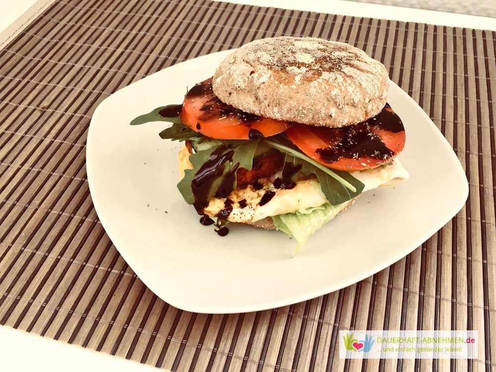 Burger mit Toast-Brötchen und Spiegelei