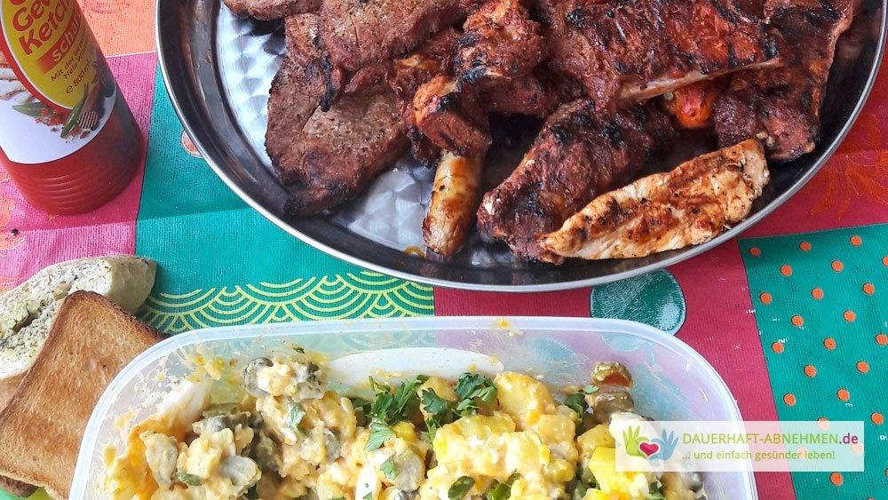 Grillfleisch und Kartoffelsalat