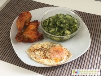 Hühnchen, Gurkensalat und Spiegelei