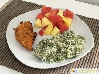 Krautsalat mit Hühnchen und Obstmix