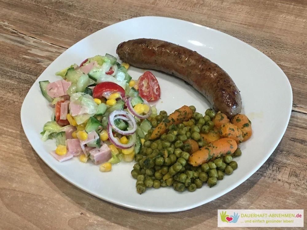 Rinderbratwurst mit Salat und Mischgemüse