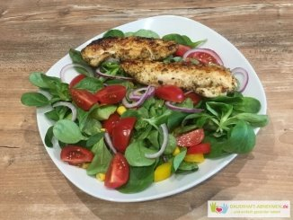 salat mit Tomate, Zwiebel, Paprika und Hühnchen