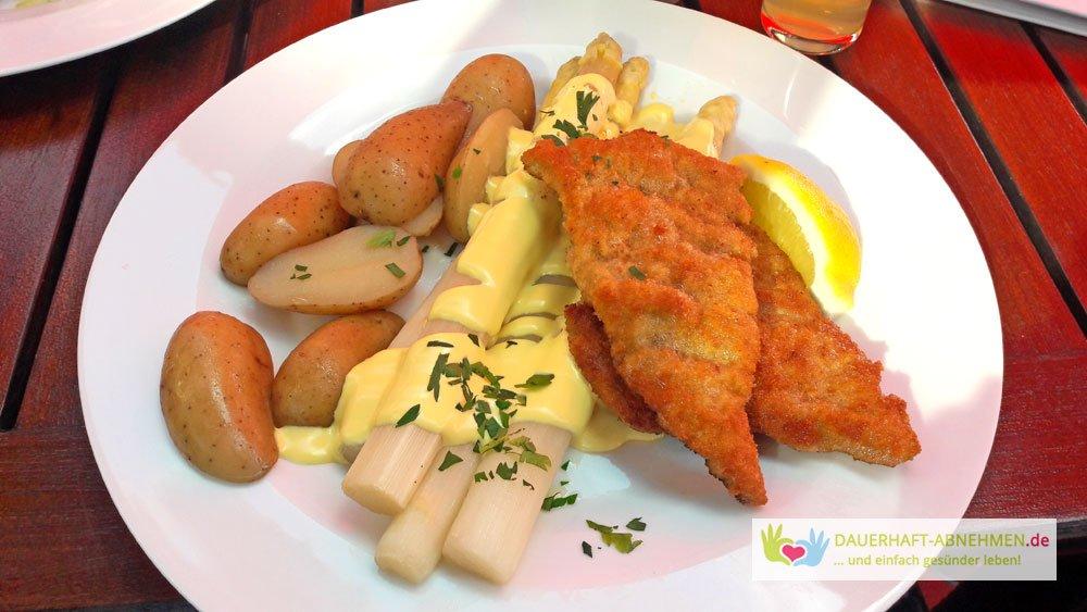 Schnitzel, Spargel und Kartoffeln