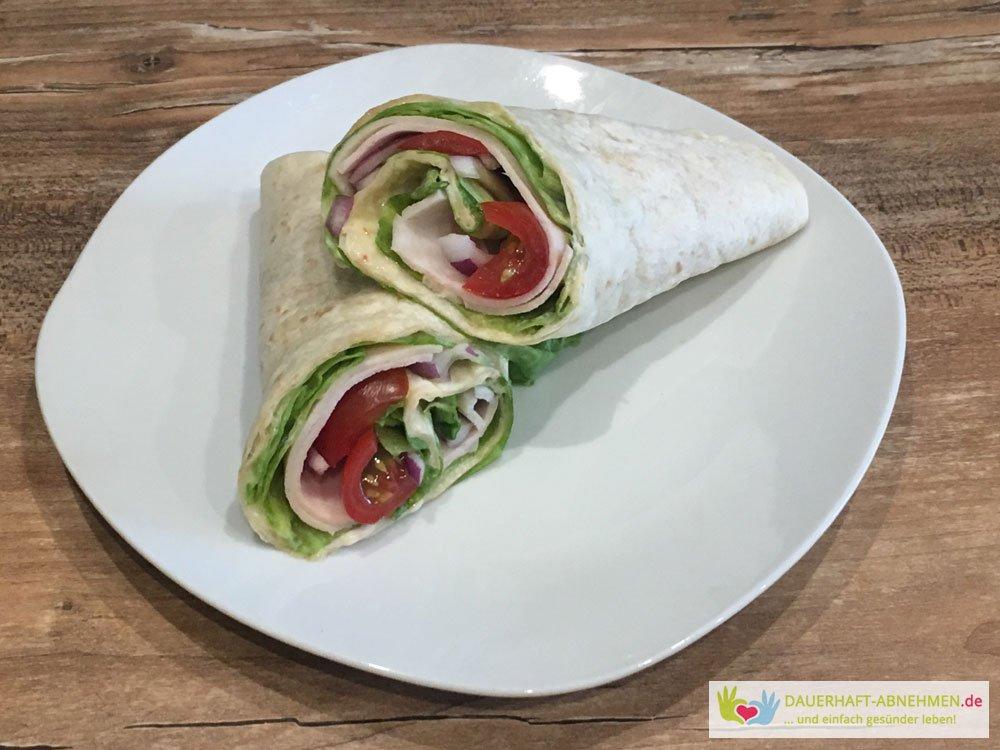 Wrap mit Hühnchenbrust, Salat, Tomaten und Zwiebel
