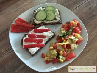 Eiweißbrot mit Kräuterquark, Gemüse und Salat